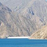 El dique, en un marco de agua y montañas