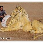 sculpture sur la plage avec son auteur