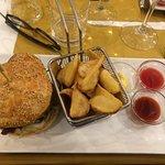 hamburger di baccalà con patate fritte e salsine handmade