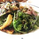 Salada de folhas, presunto parma, pêra e gorgonzola R$ 21,00