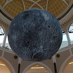 Modelo de la luna, en 3D, colgando en uno de los halls del mall