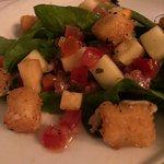 Salada de rúcula com provolone empanado e vinagrete de maçã
