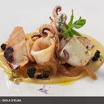 Calamari spadellati al Brandy su crema di ceci e cipolle di Patresi caramellate e pane croccante