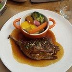 Cuisse de canard rôtie et petits légumes
