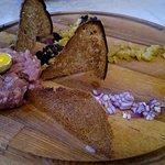 тартар из говядины (отличная подача, средний вкус)