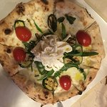 Pizza con fiori di zucca ripieni di ricotta e caciocavallo podolico e pizza estate, con pomodori