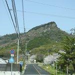屋島に向かう道から見上げた山頂方面です。上の方の岩肌が迫力ありますね。