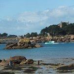 la plage devant le restaurant et la magnifique île du Château de Costaérèss
