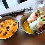 """Une bonne soupe et des rouleaux de printemps avec une sauce """"Mangue"""""""