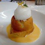 Il babà con la crema Chantilly aromatizzata alla vaniglia è la granita al limone