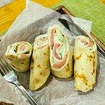 блин с красной рыбой,сливочным сыром и огурцом