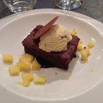 Browie de chocolate con helado de vainilla