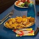 Antipasto caldo con patatine fritte, arancinette, panelle e crocchè accompagnate con le salse.