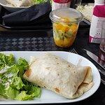 Un Buritos bien Garni, un jus de Grenade et une salade de fuits fraiche et faite maison