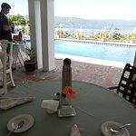 Desayuno en el exterior con vista a la bahia