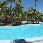 Este hotel tiene una piscina tan grande q siempre párese vacía y es de agua salada sus habitacio