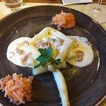 Oeuf poché, asperges, tartare de saumon, mouseline cintronée : un délice