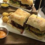 sandwich vegetariano y vegano, ambos cortados en mitades para compartir