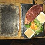 La Côte de boeuf à cuire à la pierre avec sauces maroilles ou aux poivres d'origines France