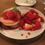 Linguini met scampi en asperges. Dessert was bavarois met aardbeien.