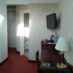 habitación 419 desde el fondo hacia la entrada y cuarto de baño
