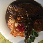 Roastbeef mit Kartoffeltürmchen an französischem Möhrengemüse