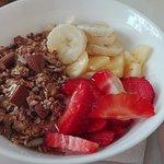 Iogurte com granola, fruta e mel