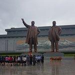 Día lluvioso, en Mansudae Grand Monument.