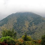 Amanecer entre nubes con vista a los cerros