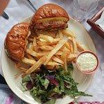 καταπληκτικό burger σε ψωμάκι brioche(χειροποιήτο μπιφτέκι,φρέσκιες,τηγανιτές πατατούλες)