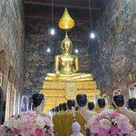 Buda y estatuas de monjes orando