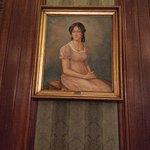 En el salón, cuadros de Remedios Escalada y de don José de San Martín