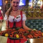 Красивый официант в Бирхаус