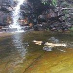 Mergulho na cachoeira durante a trilha