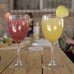Hora feliz 1-2 pm. Dos bebidas al precio de una.