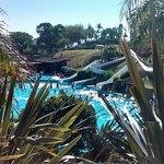 Vista a piscina de agua dulce con toboganes