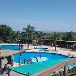Vista desde arriba de la piscina de agua dulce en la cual se hace acquagym y se juega con cilind