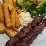 brochettes, frites, salade