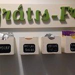 todo lo que te dan gratis: café, té, cacao, palmeritas, budincitos, azúcar, sacarina, aceite de