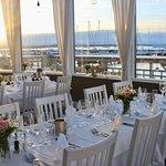 Vacker bröllopsdukning i kvällsolen. Långedrag Värdshus erbjuder ett perfekt bröllopspaket.