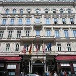 Cafe links und Hotel rechts