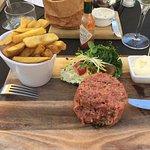 Steak tartaar klassiek; mayonaise, frites en kropsla (al een hap genomen!)