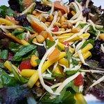 Ensalada con mix de hojas verdes, maiz crocante, zanahoria y fideos. Riquísima