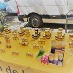 Un puesto de miel de abeja y jabones