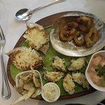 Entrada con calamares, camarones, jaiba, mejillones y otros