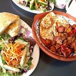 Chorizo et patates sautée, oeuf frit a lhuile d'olive, salade et pain grillé