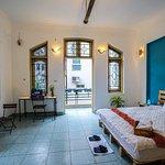 Nội thất phòng ngủ 402 với kiến trúc cửa sổ ban công hình vòng cung