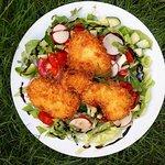 Gebackenes Hühnerfilet auf Salat