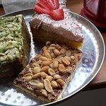 Gâteau au thé matcha, shortbread et gâteau crème à la fraise