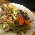 Tagliata di pesce spada con contorno di verdure lesse